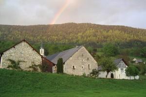 La maison Renaissance et les bâtiments qui abritent le musée départemental du Bugey-Valromey à Lochieu