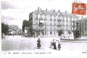 La place Bernard avec sa fontaine installée en 1879 et au fond, l'avenue Maginot.