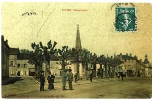 L'ancienne fontaine surmontée d'une pyramide (démolie en 1932) de la place Joubert, en face de la Préfecture
