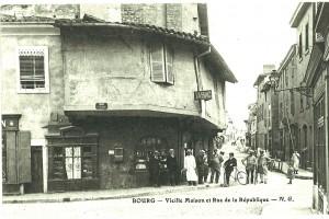Maison du XVe siècle, en encorbellement (détruit en 1963), au bas de la rue de la République