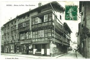 Une maison à pans de bois (1496) à l'angle de la rue Gambetta et de la rue Victor Basch