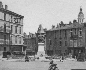 Vue ancienne de la place E. Quinet avec la statue installée en 1925