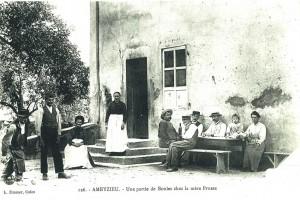 Ameyzieu, commune d'Artemare : une partie de boules au café de la mère Prusse vers 1900