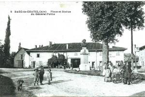 Bâgé-le-Châtel vers 1900 : sa place et la statue du Général Puthod