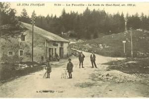 De jeunes chevriers sur la route du col de la Faucille vers 1910