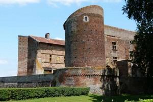 Le château de Bouligneux, édifié au XIVe siècle en carrons typiques de la Dombes