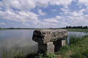 Le thou, qui permet de vidanger l'étang, est emblématique du patrimoine dombiste