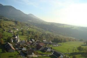 Le village de Lochieu au pied du Colombier