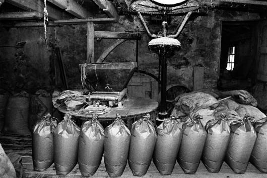 Sacs de farine de gaudes au moulin