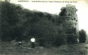 Vue pittoresque des ruines des oubliettes au début du XXe siècle. Le château des Allymes domine le hameau de Brey-de-Vent